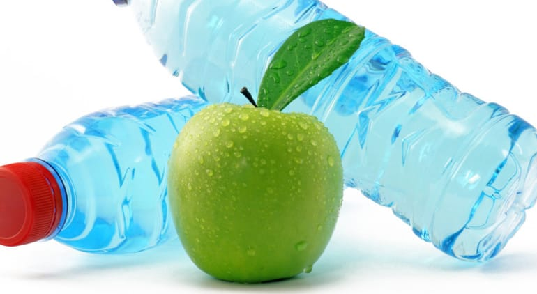 Beber agua durante las comidas ¿engorda?