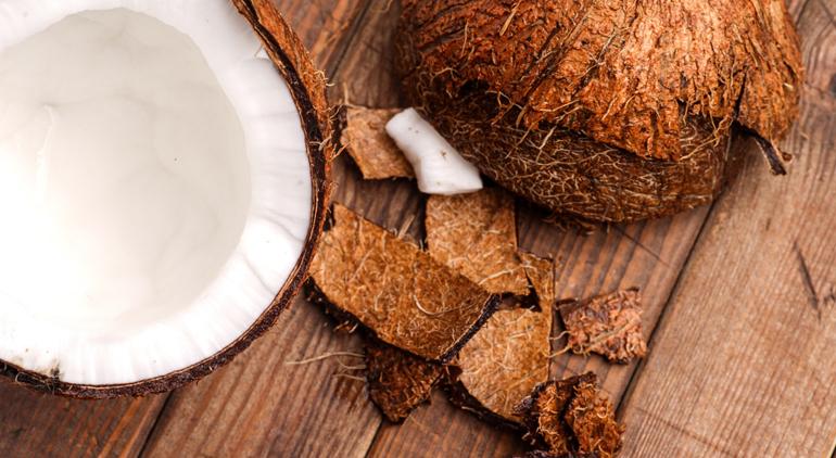8 Beneficios por los que las famosas son adictas al agua de coco